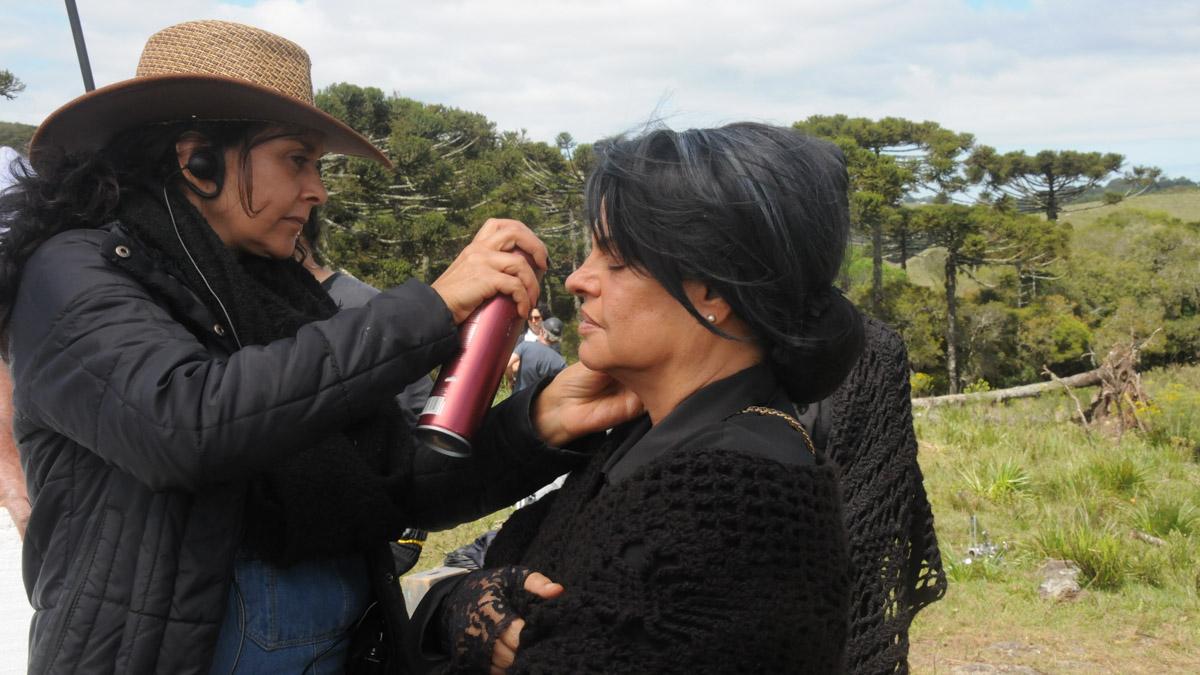 15. Maquiadora Rosana Antunes com a atriz Suzi Martinez que vive a viuva Apolinária - by Dulce Helfer