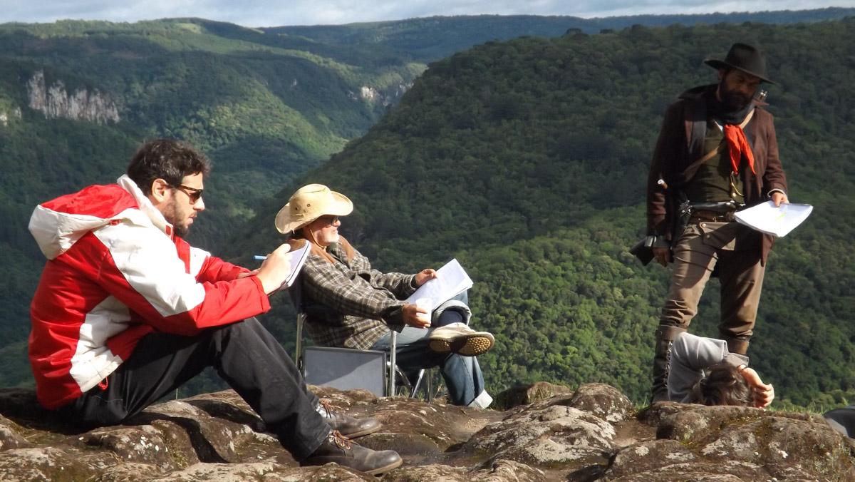 2. Tabajara Ruas e assistente de direção Beto Burd durante ensaio com elenco no set de filmagens em Canela-RS - by Tomás Ruas