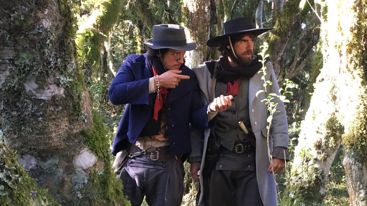 28. Os atores Allan Souza Lima e Marcos Pitombo ensaiam cena de tiroteiro do longa-metragem ACGS - by Mariana Catalane